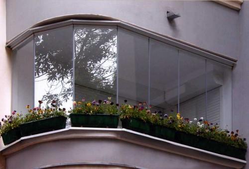 Чем хороши алюминиевые конструкции для остекления балкона?
