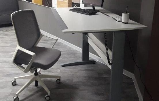 Преимущества офисных столов с регулировкой высоты